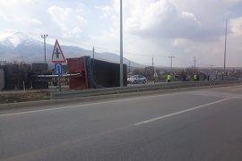 Karaman'da PTS direğine çarpan tır yan yattı: 1 yaralı