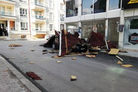 Şiddetli Rüzgarın Uçurduğu Çatı Otomobilin Üzerine Düştü