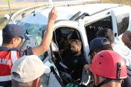 Kaza sonrası sıkışan sürücü için herkes seferber oldu