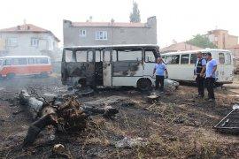 Yaş ömrünü tamamladığı için boş arsaya çekilen minibüsler yandı