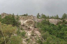 Karaman'da dev kaya parçası köy yoluna düştü