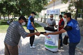 Gönüllü Gençler Tek Kullanımlık Seccade Dağıttı
