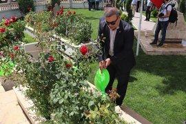 Karaman'da hükümlüler şehitlikleri temizledi