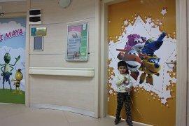 Hastane kapıları çizgi film karakterleri ile kaplandı