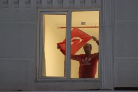 Karantinadaki 154 kişi, pencerelerden İstiklal Marşı'nı okudu