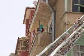 İki çocuğuyla balkonda mahsur kalan Afgan uyruklu kadını itfaiye kurtardı
