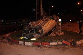 Kontrolden çıkan otomobil MOBESE direğine çarparak ders döndü: 4 yaralı
