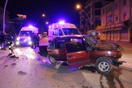 Otomobil kamyonete arkadan çarptı: 5 yaralı