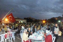 Ayrancı'da yağmura aldırmayan 2 bin kişi aynı anda iftar açtı