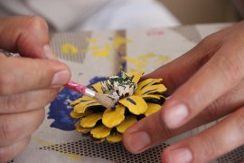 Kozalaklar öğretmenlerin ellerinde sanata dönüşüyor