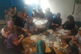 AK Parti Kadın Kolları Şehitlerimiz İçin  pişi dağıttı