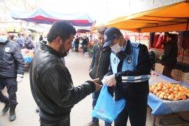 Belediye Pazarcı Esnafına Maske Dağıttı