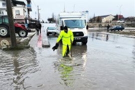 Belediye Ekipleri Yağışla Birlikte Harekete Geçti