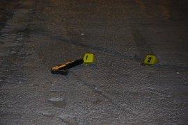 Parkta oturanların üzerine ateş edildi: 2 yaralı