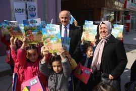 Kitap Okuyan Minikler Ödüllerini Aldı