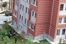 Pencereden düşen kız çocuğunun beli kırıldı