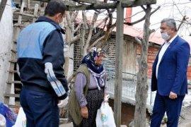 Başkan Zorlu 65 Yaş Üstü Vatandaşlara Temizlik Malzemesi Dağıttı