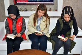 Kuntoğlu gençlerle  birlikte  kitap okudu