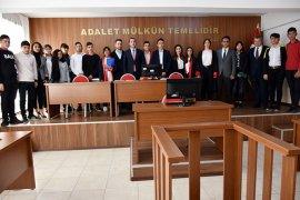 'Adalet Bölümü' öğrencileri için mahkeme salonunda duruşma gerçekleşti.
