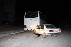 Otomobil Otobüse Çarptı:1'i ağır 2 yaralı