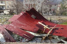Şiddetli rüzgar 4 katlı binanın çatısını uçurdu