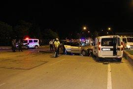 Otomobil, Sivil Polis Aracına Çarptı: 2 Polis Yaralandı
