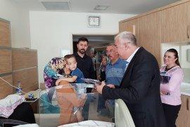Başkan Çağlayan Hastanede Yatan  Minikleri  Ziyaret Etti