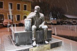 Karaman, gece başlayan karla beyaza büründü