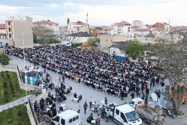 İlk İftar Sofrası Topucak Meydanı'nda Kuruldu