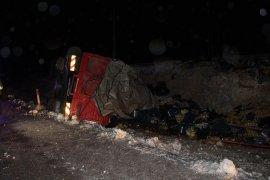 Karaman'da muz yüklü kamyon devrildi: 1 yaralı