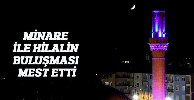 Karaman'da minare ile hilalin buluşması mest etti