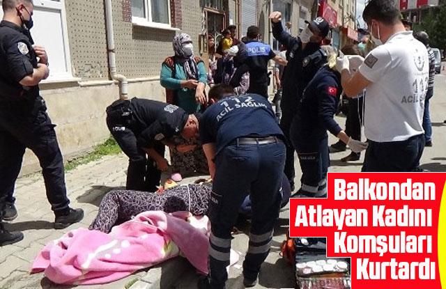 Balkondan atlayan kadını komşuları kurtardı