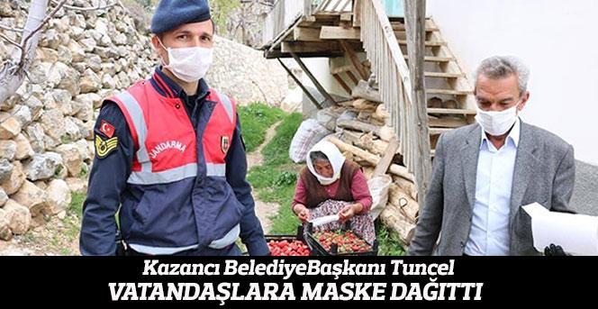 Belediye başkanı ve belediye personeli vatandaşa maske dağıttı