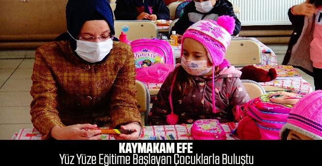 Kaymakam Efe yüz yüze eğitime başlayan çocuklarla buluştu