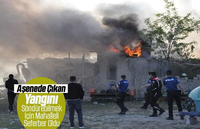 Evleri yanan anne ile oğlu gözyaşlarına hakim olamadı